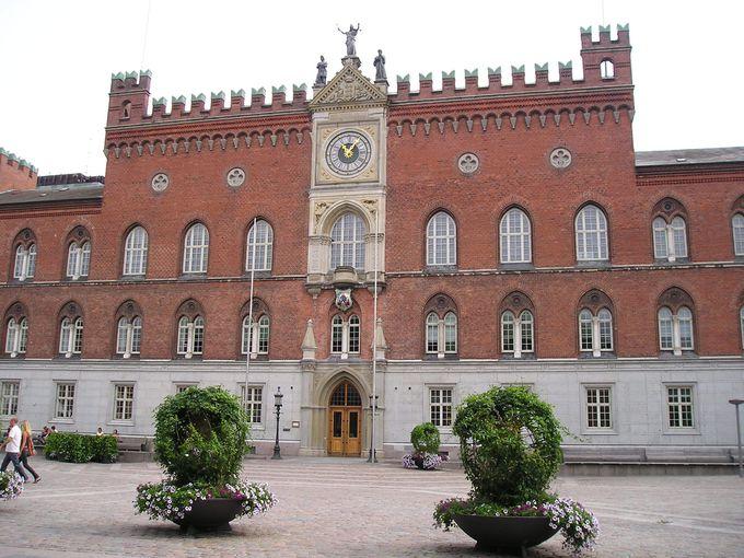 アンデルセンの座像が見守る市庁舎前の広場