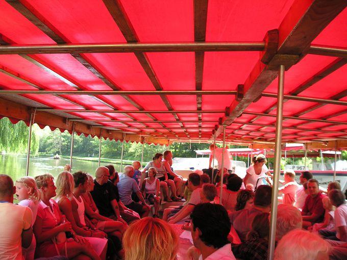 オーデンセ川を遡るリバークルーズ船