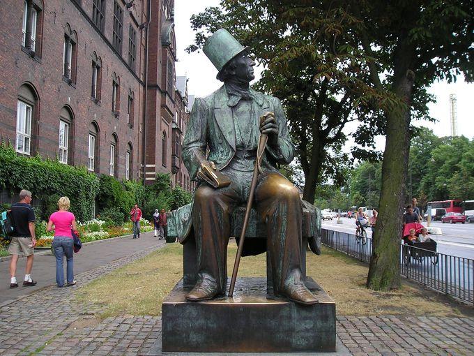 市庁舎前のアンデルセン像!見上げる先はチボリ公園