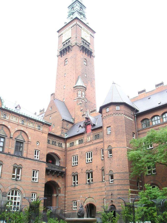 百年で千分の一秒の誤差の時計を持つ市庁舎の塔は絶景スポット!