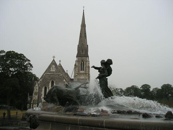 星型の要塞カステレット周辺!聖アルバニ教会とゲフィオンの泉