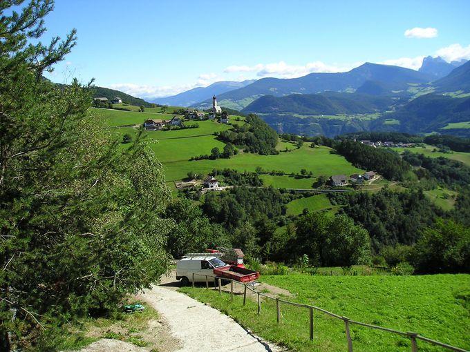 牧歌的な風景に囲まれたハイキング