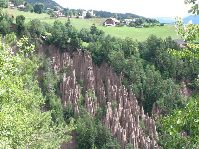 谷間にひっそりと佇むきのこ岩たち!奇岩群の「ピラミデ・ディ・テッラ」