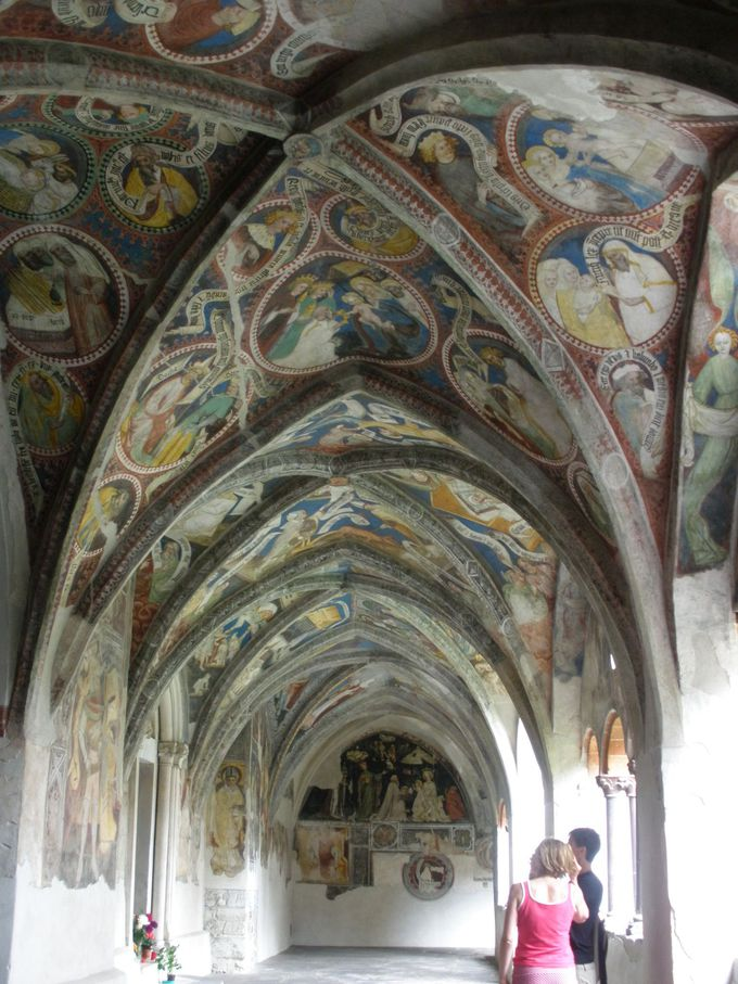 美しいフレスコ画で覆われる回廊