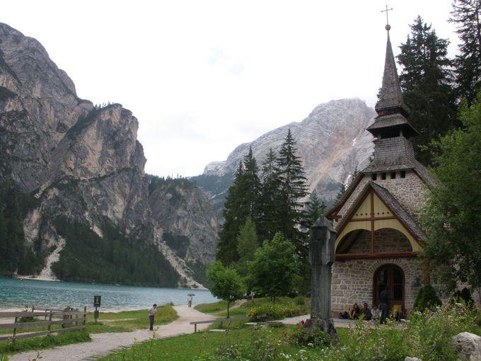 可愛い礼拝堂と険しい岩山が魅力のブライエス湖