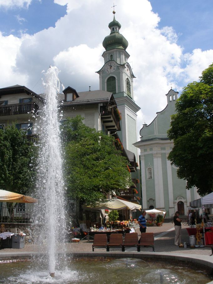 壁絵と色とりどりお花で彩られた美しい町並み「ドッビアーコ」