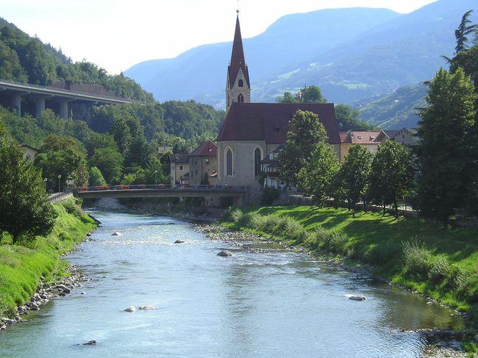 石畳の町並みと教会とお城が川沿いの風景を彩る町「キウーザ」