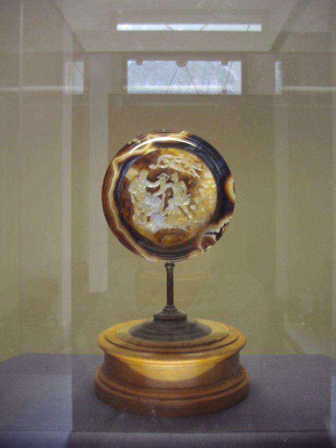メノウに施されたレリーフの宝石「ファルネーゼの皿」