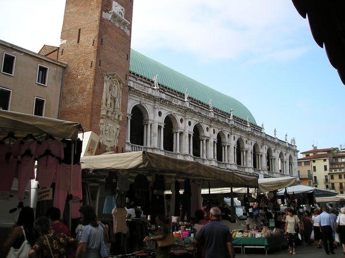 パッラーディオの代表作バジリカが面するシニョーリ広場