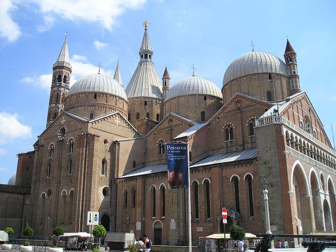 熱心な信者が集まるサンタントニオ聖堂