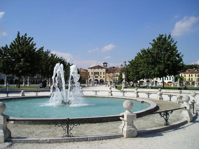 清々しい「プラート・デッラ・ヴァッレ」は、イタリア最大の楕円形広場