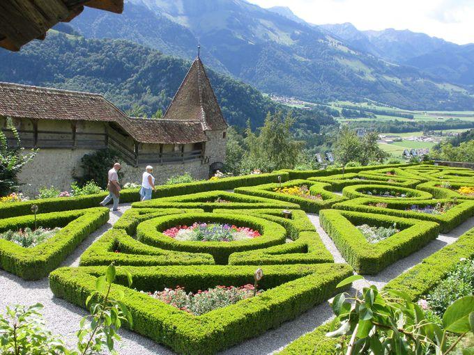 グリュイエール城の庭園は、美しく手入れの行き届いた憩いの場