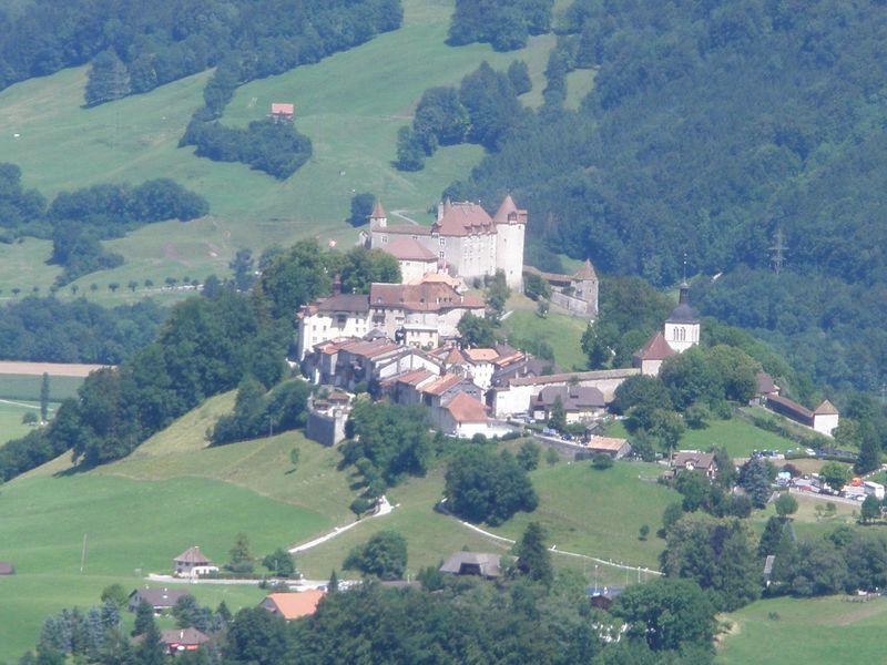 絵本のような町並みとお城!チーズで有名なスイス「グリュイエール」