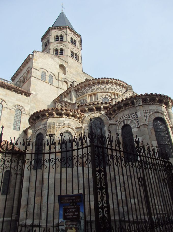 柱頭彫刻が素敵!ロマネスク様式のノートルダム・デュ・ポールバジリカ聖堂