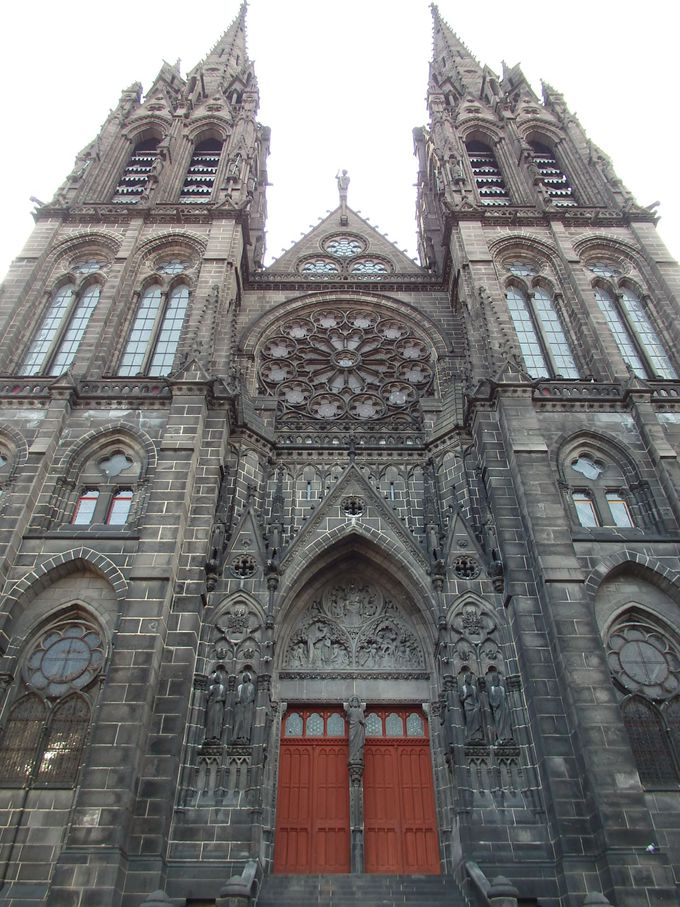 黒い外観とは対照的!色鮮やかなステンドグラスが溢れるノートルダム・ド・ラソンプシオン大聖堂