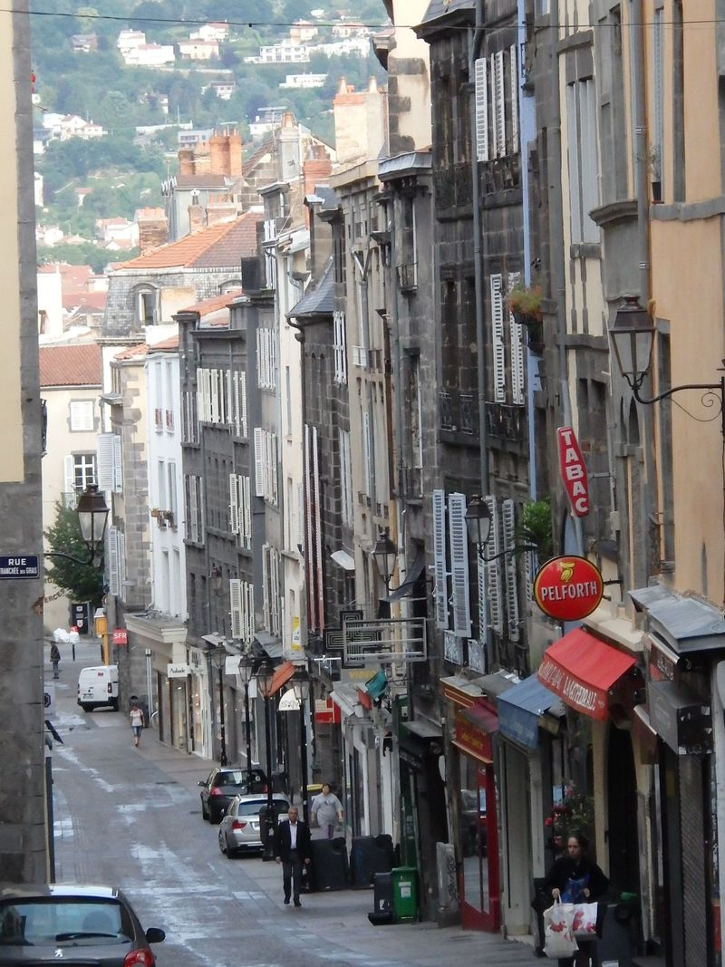 休火山麓の黒ずんだ町並み!フランス「クレルモン・フェラン」の見所