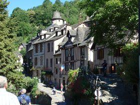 まるで「美女と野獣」の世界!仏の美しい村「コンク」は巡礼路上の石造りの家並み