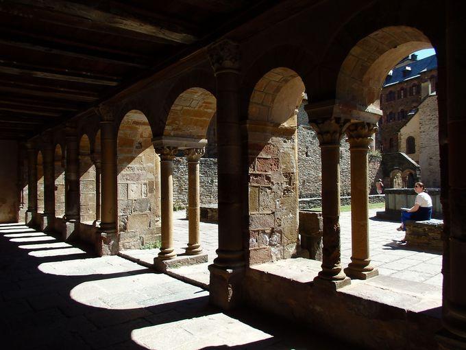 宝物館へ導く美しい回廊の一部も必見