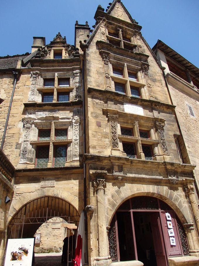 サン・セサルド大聖堂前に堂々と建つのは、ラ・ボエシの家