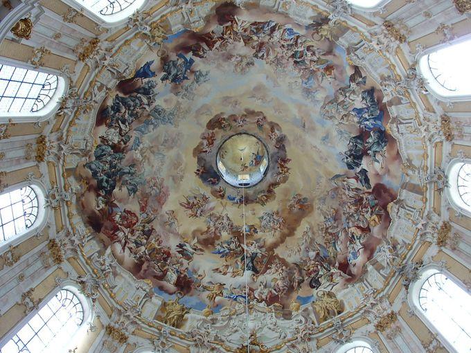 素晴らしい天井画に見惚れて、首が痛くなる!?