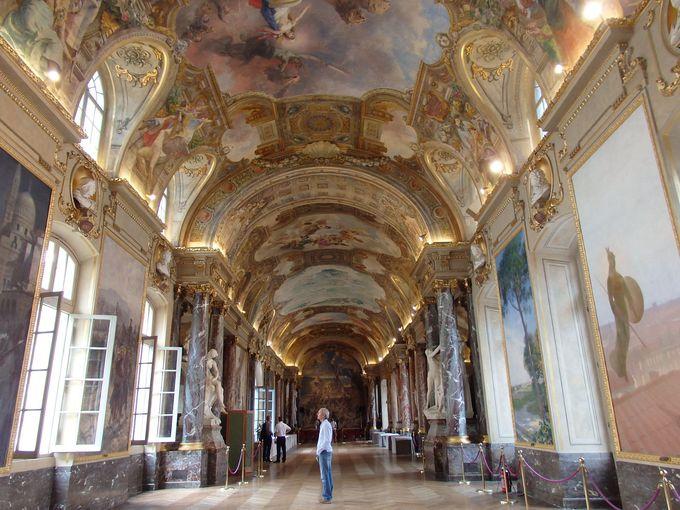 フレスコ画で埋め尽くされる市庁舎「キャピトル」の大広間は必見