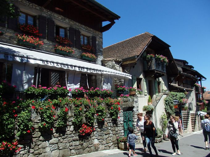 村中が色鮮やかな花々で飾られて