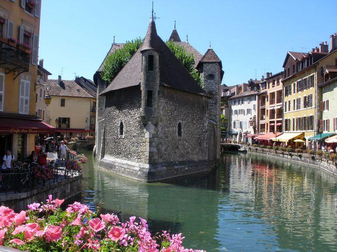 運河の中州に浮かぶ宮殿は、旧牢獄