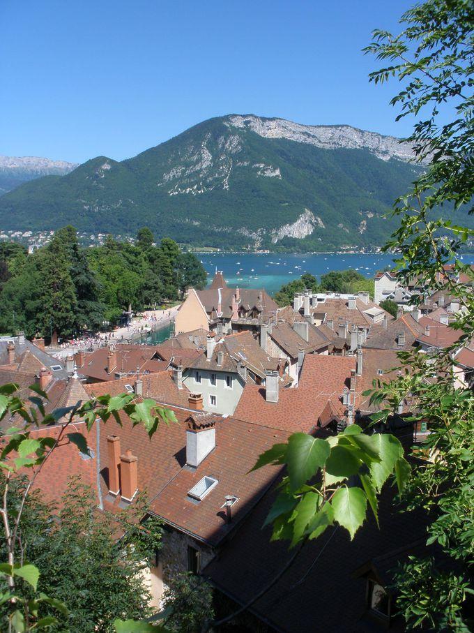 眺望抜群!アヌシー城から見える旧市街と湖とアルプスの山