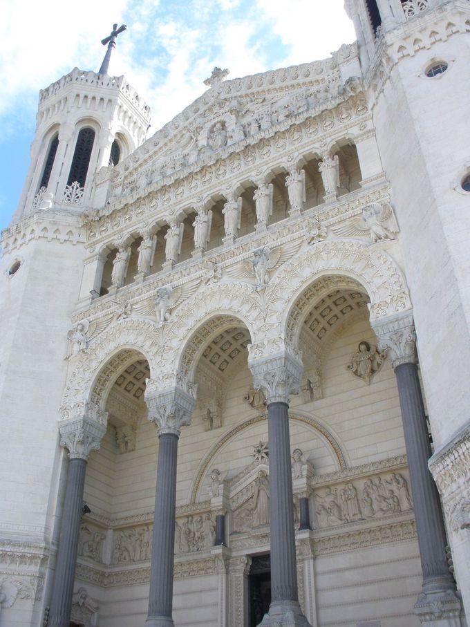 丘の上に聳える「ノートルダム・ド・フルヴィエールバジリカ聖堂」