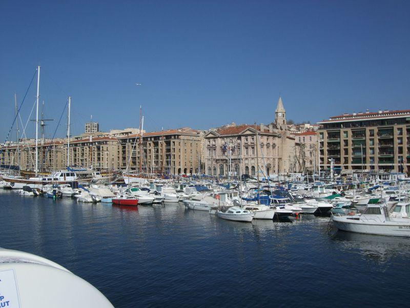 歴史的建造物が取り囲むフランス最大の港湾都市の旧港周辺