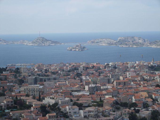 地中海に浮かぶイフ島とフリウル島を目の前に