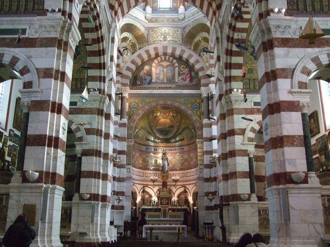 荘麗な聖堂内の装飾