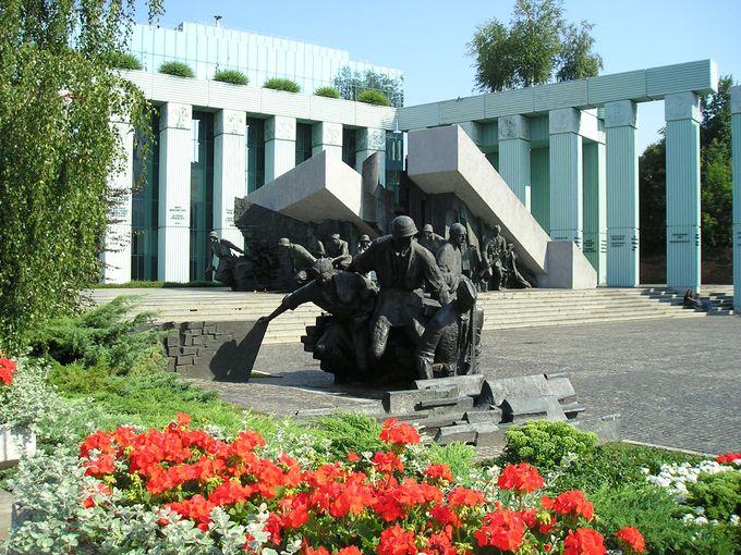 苦痛と無念の現れ?「ワルシャワ蜂起記念碑」