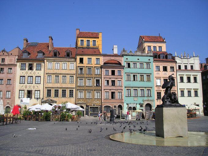 カラフルな建物と人魚像の旧市街市場広場