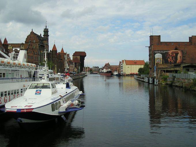 運河沿いの船着き場にも並ぶ見所