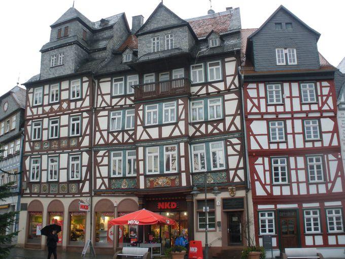 町の中心地マルクト広場に面するのは、豪華な木組みたち