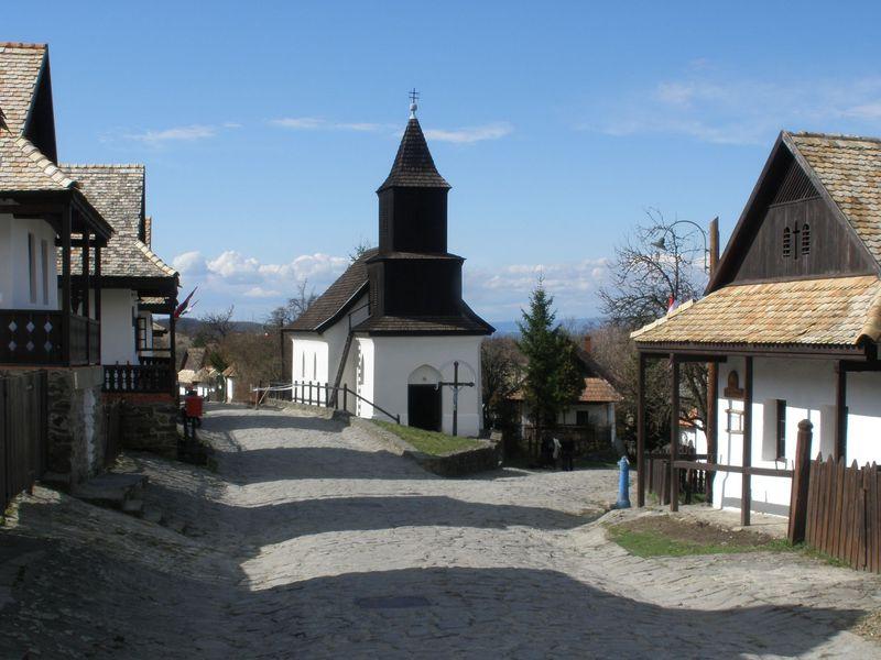ハンガリーで最も美しい世界遺産の村「ホッロークー」の伝統的な家並みにホッコリ
