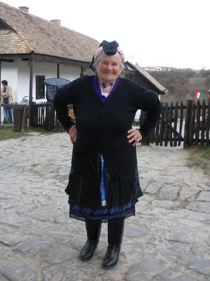 民族衣装で観光客をお出迎え