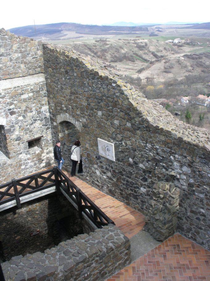 背後の小高い山の上に建つ城跡へ