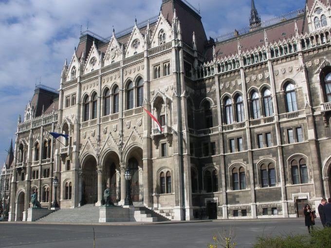 荘麗壮大な外観の国会議事堂