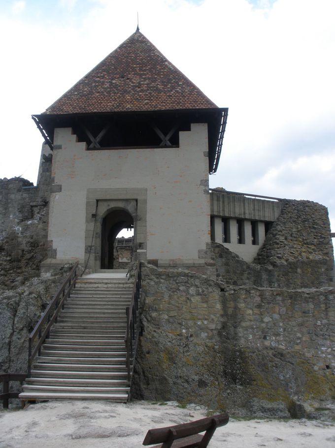 標高315メートルの丘の上に残る要塞