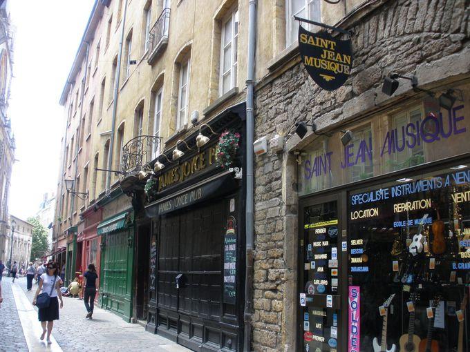 「美食の町」旧市街に軒を並べるレストラン