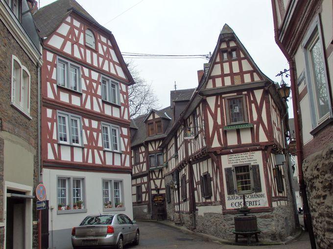 マルクスブルグ城へは、可愛い木組みのお家が建ち並ぶブラウバッハの町から
