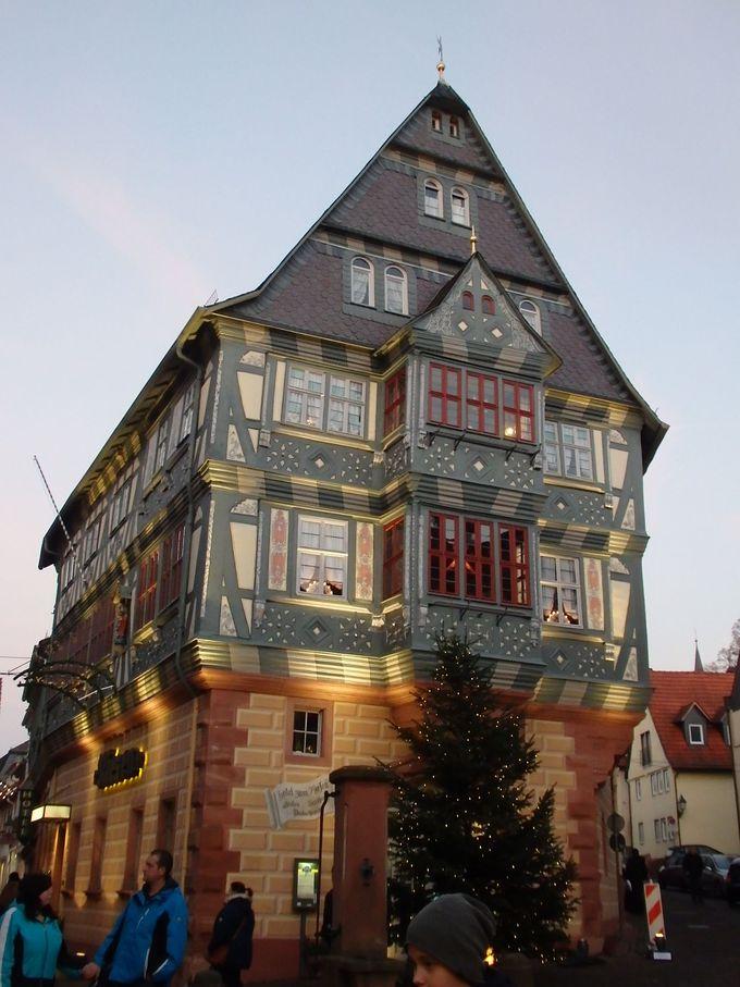 豪華な木組みのお家が建ち並ぶメインストリート