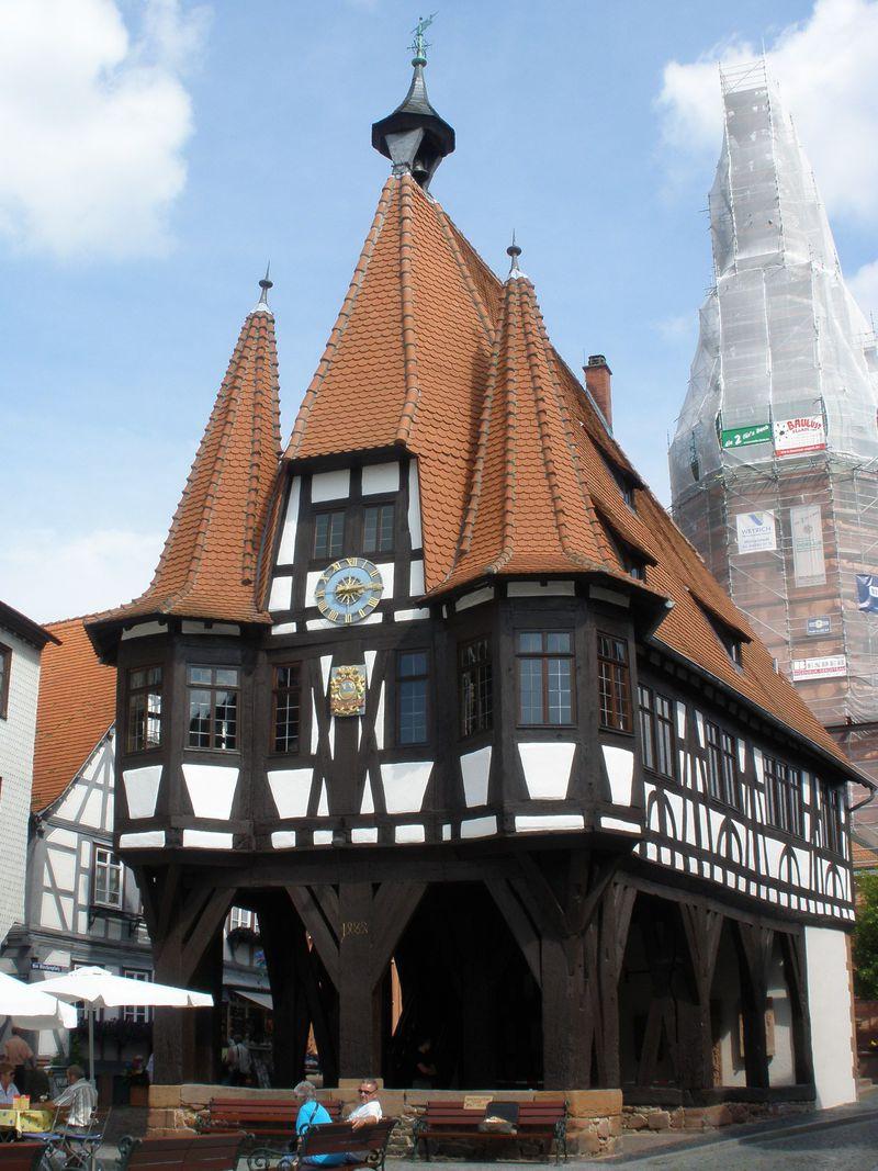 可愛らしい市庁舎がシンボル!ドイツ・ミッヒェルシュタットの木組みの町並み