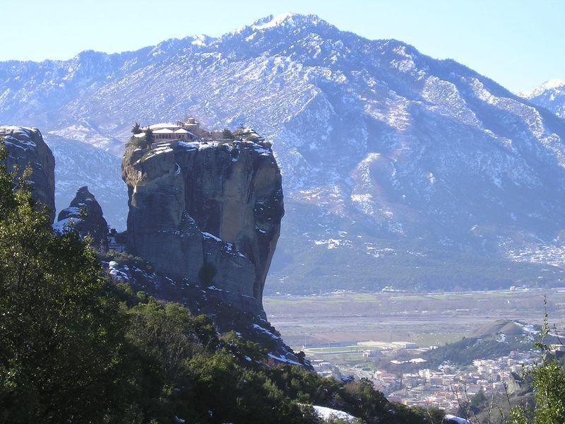 空中に浮かぶ修道院も!ギリシアの奇岩群に潜む聖地「メテオラ」