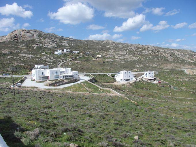 風車の足元から眺める平原とエーゲ海