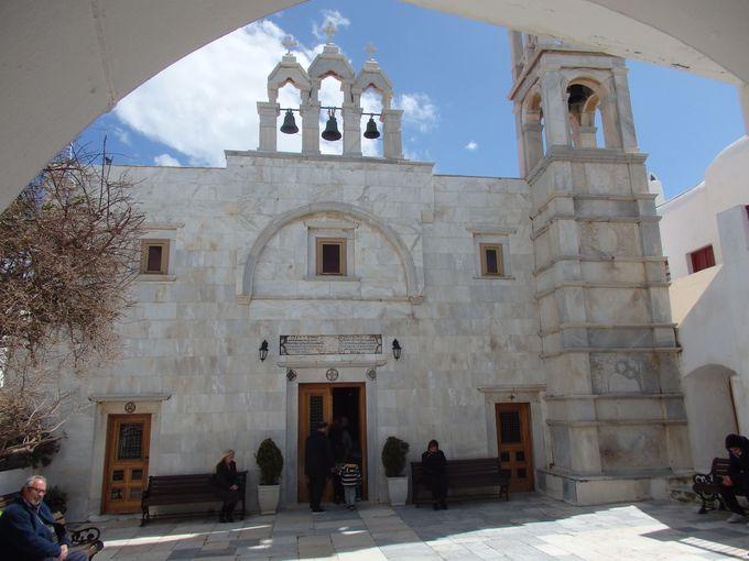 大理石の美しい鐘楼が目印!町の中心地の修道院