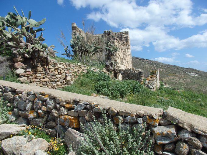 城壁伝いに丘を越えてフテリアビーチを望む