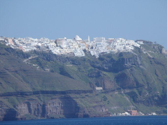 まるで雪のよう!断崖絶壁上の白い町フィラ・タウン